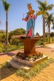 抱着膝部的我们的夫人雕象小耶稣 图库摄影