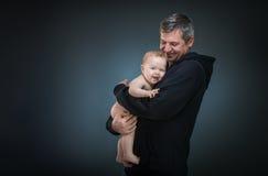 抱着婴孩的父亲 库存图片