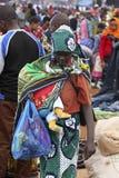 抱着婴孩的非洲妇女在Karatu Iraqw市场上 免版税库存照片