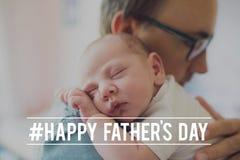 抱着他新出生的婴孩的年轻父亲 父亲节 图库摄影