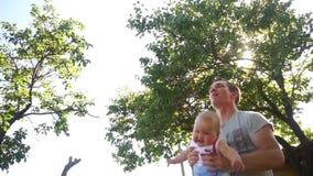抱着他的小婴孩,年轻父亲的愉快的中年人使用与他的女儿 影视素材