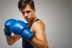 抵制 准备好年轻的拳击手战斗 库存图片