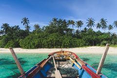 抵达乘一条传统小船对美丽的巴尼亚群岛苏门答腊,印度尼西亚 图库摄影
