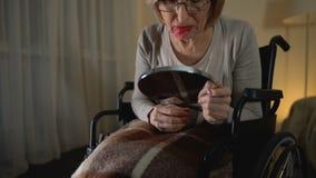 抹上唇膏的沮丧的老妇人在面孔,哭泣为失去的青年时期 股票录像