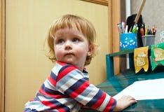 抹上由毛毡笔的颜色的逗人喜爱的小女孩 库存照片