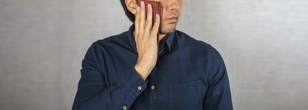 抹汗水,在人面孔安置的手帕 库存照片
