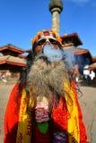 抽一根香烟的Sadhu人在加德满都,尼泊尔 库存图片