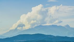 抽上升在通入蒸汽的活火山,美好的风景,定期流逝 股票录像