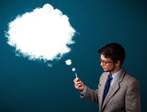 抽与浓烟的年轻人不健康的香烟 免版税库存图片
