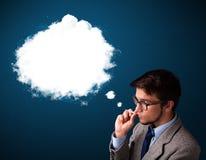 抽与浓烟的年轻人不健康的香烟 免版税库存照片