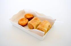 抽在卷小圆面包的香肠在纸板白色箱子 图库摄影