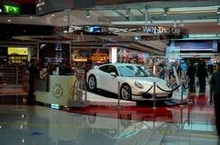 抽奖保时捷被显示在杜拜机场免税复合体阿拉伯联合酋长国 库存图片
