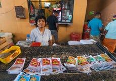 抽奖券的卖主在繁忙的城市市场上的 库存图片