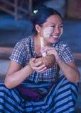 抽方头雪茄烟雪茄的缅甸妇女 免版税库存图片