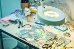 抽样与一块灯扩大化的玻璃的准备桌在劳方 免版税库存照片