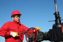 抽油装置阀门技术人员在工作 免版税库存照片
