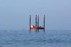 抽油装置(平台) -工业设备 免版税库存照片