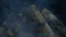 抽烟在晚上的钻木取火 股票视频