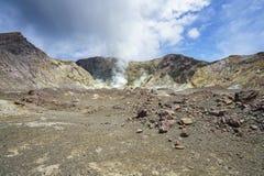 抽烟在白色海岛,新西兰17上的火山的火山口 免版税库存照片