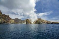 抽烟在白色海岛,新西兰11上的火山 库存照片