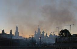 抽烟在红场和克里姆林宫在欢乐firew以后 免版税图库摄影