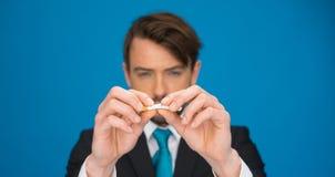 给抽烟在蓝色 免版税库存照片