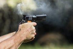 抽烟在被射击以后的手枪 免版税图库摄影