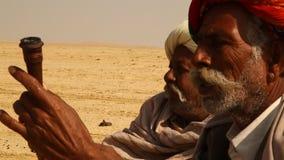 抽烟在Disert拉贾斯坦印度的村庄可怜的人民 股票录像