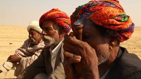 抽烟在Disert的村庄可怜的人民 影视素材