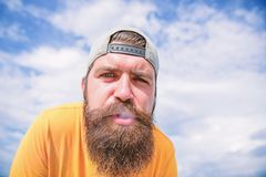 抽烟帮助他放松 有胡子人抽烟室外 有长的胡子和髭的抽烟的上瘾者 残酷人与 免版税库存图片