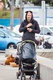 抽烟更老的无家可归的人走和 免版税库存图片