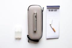抽烟电子香烟白色背景顶视图的排除 库存图片