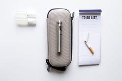 抽烟电子香烟白色背景顶视图的排除 免版税库存图片