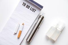 抽烟电子香烟白色背景顶视图的排除 免版税库存照片