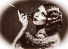抽烟的减速火箭的妇女 库存图片