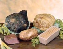 抽烟的和被烘烤的火腿和其他被充塞的肉 免版税图库摄影