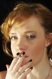 抽烟的妇女 免版税库存照片