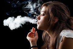 抽烟的妇女 免版税库存图片