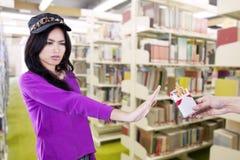 抽烟的学生废物在图书馆里 库存图片