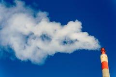 抽烟的工业烟囱 免版税图库摄影