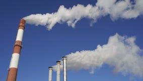 抽烟的工厂烟囱 环境和空气的污染的环境问题在大城市 股票视频
