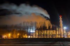 抽烟的工厂管子在晚上 冬天城市风景 夜射击 库存图片