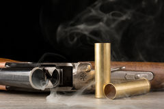 抽烟的步枪和黄铜壳 库存照片