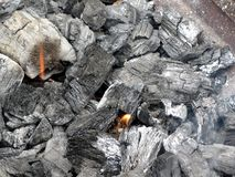 抽烟的灼烧的木炭 免版税图库摄影