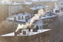 抽烟的烟囱在什切青市住宅区,波兰 库存照片