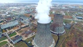 抽烟的烟囱,在一个热电厂的管子 由直升机做的鸟瞰图,寄生虫 股票视频