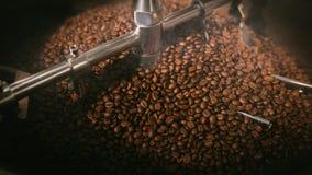 抽烟的烤咖啡豆 图库摄影