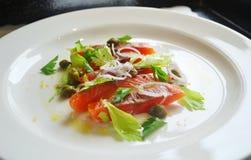 抽烟的美食的沙拉三文鱼 免版税库存图片