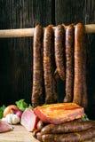 抽烟的肉香肠 免版税库存图片