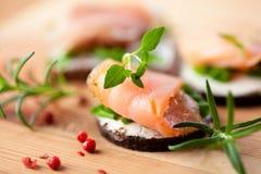抽烟的裸麦粉粗面包三文鱼 免版税库存照片